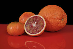 Várias citrinas frescas no fundo preto e vermelho, sp da cópia Imagem de Stock Royalty Free