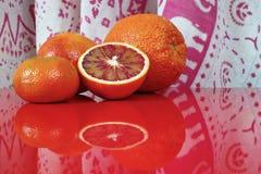 Várias citrinas no tampo da mesa vermelho, espaço da cópia Imagem de Stock