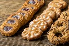 Várias cookies na tabela de madeira imagens de stock