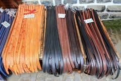 Várias correias para a calças que encontra-se no mercado foto de stock