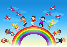 Várias crianças felizes sobre a ponte do arco-íris ilustração do vetor