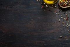 Várias ervas e especiarias na tabela de madeira escura Fotografia de Stock Royalty Free