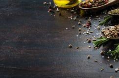 Várias ervas e especiarias na tabela de madeira escura Fotos de Stock