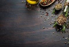 Várias ervas e especiarias na tabela de madeira escura Fotografia de Stock