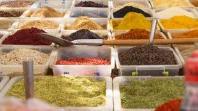 Várias especiarias para a venda no bazar fotos de stock