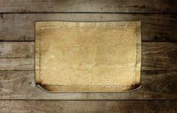 Várias etiquetas das calças de brim no fundo de madeira do painel fotografia de stock royalty free