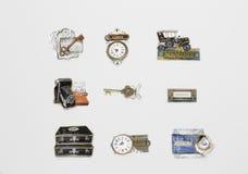 Várias etiquetas essenciais retros, do vintage e objetos clássicos com palavras escritas isolados no fundo cinzento Fotos de Stock