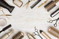 Várias ferramentas do armário do cabelo no fundo de madeira com espaço da cópia fotos de stock
