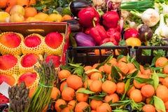Várias frutas e legumes frescas no contador do mercado, exterior imagem de stock royalty free