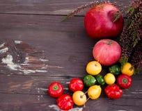 Várias frutas e legumes isoladas no fundo de madeira Conceito da natureza do outono Espaço livre para seu texto Fotos de Stock
