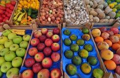 Várias frutas e verdura para a venda em um mercado Fotos de Stock
