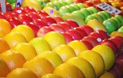 Várias frutas frescas coloridas no carrinho do mercado fotografia de stock
