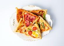 Várias pastelarias do sanduíche da pizza com vegetais foto de stock