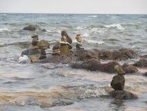 Várias pilhas da rocha de pedras ásperas no mar fotografia de stock