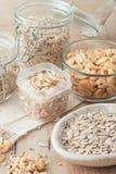 Várias porcas e sementes no fundo de madeira imagens de stock royalty free
