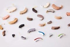 Várias próteses auditivas no fundo branco, alternativo à cirurgia Acessório OTORRINOLARINGOLÓGICO foto de stock