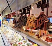 Várias salsichas que penduram na mostra no mercado foto de stock