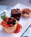 Várias sobremesas em uma placa branca Fotos de Stock