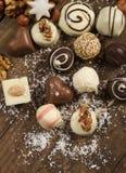 Vário chocolate feito a mão no fundo de madeira Imagens de Stock Royalty Free