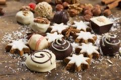 Vário chocolate feito a mão no fundo de madeira Imagem de Stock Royalty Free