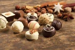 Vário chocolate feito a mão no fundo de madeira Fotos de Stock Royalty Free