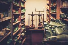 Vário da sapata de madeira do vintage dura em seguido nas prateleiras Imagens de Stock