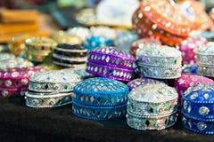 Vário de caixas de joia coloridas diferentes no mercado indiano Imagens de Stock