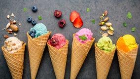 Vário do sabor do gelado nos cones mirtilo, morango, pist foto de stock