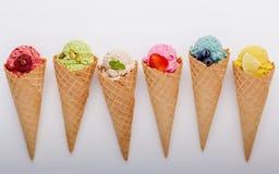 Vário do sabor do gelado nos cones mirtilo, morango, pist Fotografia de Stock