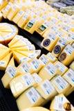 Vário queijo para a venda no supermercado Queijo envolvido para vendas foto de stock royalty free