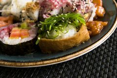 Vário sushi fresco Rolls na alga da placa foto de stock royalty free