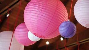 Vário tamanho do balanço pendurado chinês da lanterna de papel com o vento filme