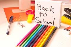 Vários acessórios da escola na mesa De volta à escola escola imagens de stock royalty free