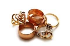 Vários anéis dourados isolados   fotografia de stock