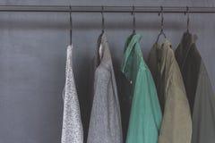 Vários artigos da roupa na cremalheira Foto de Stock