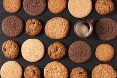 Vários bolinhos e café Fotos de Stock
