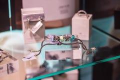 Vários braceletes e a outra joia Imagem de Stock