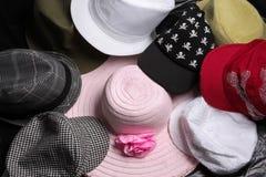 Vários chapéus empilhados toda junto na exposição fotos de stock royalty free