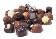 Vários chocolates no fundo branco - alimento doce Fotos de Stock