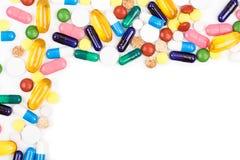 Vários comprimidos e cápsulas da cor Imagens de Stock