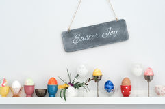Vários copos e ovos da páscoa de ovo Imagens de Stock