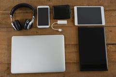 Vários dispositivos eletrônicos na prancha de madeira Imagem de Stock Royalty Free