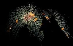 Vários fogos-de-artifício coloridos com a silhueta dos povos Fotografia de Stock Royalty Free
