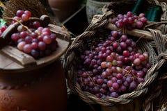 Vários grupos de uvas vermelhas na cesta de vime Imagem de Stock