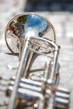 Vários instrumentos e detalhes de uma faixa da música da formação orquestral de intrumentos de sopro fotografia de stock