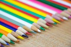 Vários lápis coloridos na fileira Imagens de Stock
