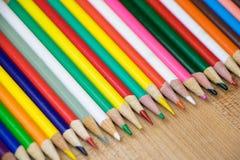 Vários lápis coloridos na fileira Imagens de Stock Royalty Free