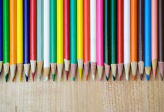 Vários lápis coloridos na fileira Fotos de Stock Royalty Free