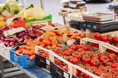 Vários legumes frescos coloridos no mercado de fruto, Catania, Sicília, Itália fotos de stock