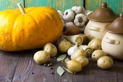 Vários legumes frescos e potenciômetro cerâmico na tabela de madeira Conceito do cozimento, o saudável ou do vegetariano comer Foto de Stock